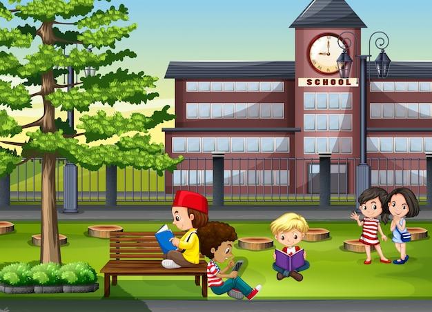 Kinderen rondhangen op het schoolterrein
