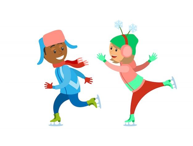 Kinderen schaatsen ijsbaan samen spelen in de winter