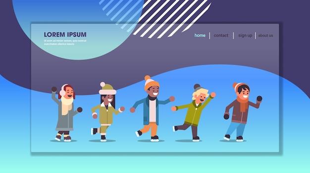 Kinderen schaatsen op ijsbaan wintersport activiteit recreatie op vakantie concept mix race meisjes en jongens tijd samen doorbrengen volledige lengte kopie ruimte horizontale vector illustratie