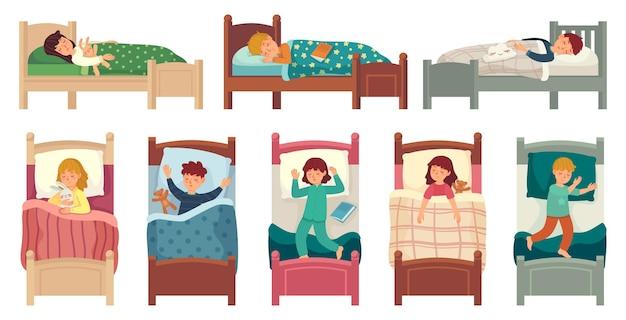Kinderen slapen in bedden. kind slaapt in bed op kussen, jonge jongen en meisje in slaap.