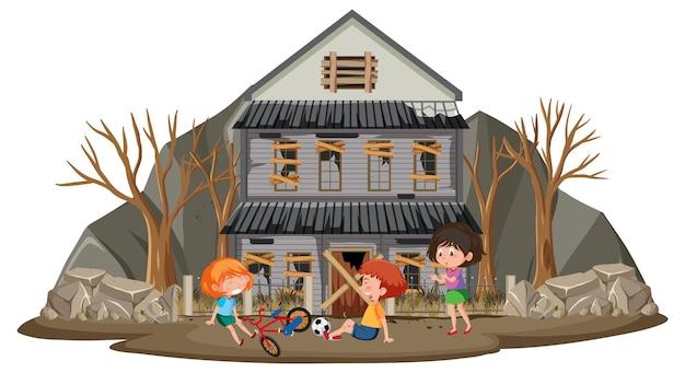 Kinderen spelen bij verlaten huis