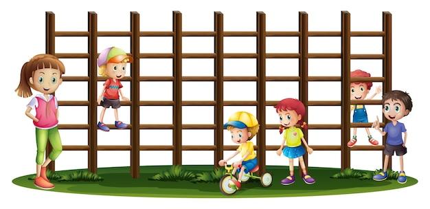 Kinderen spelen en klimmen de tralies op