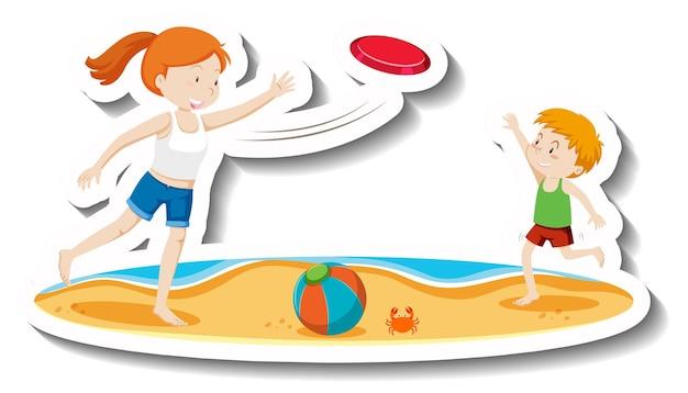 Kinderen spelen frisbee op het strand