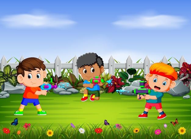 Kinderen spelen het water neergeschoten in de tuin