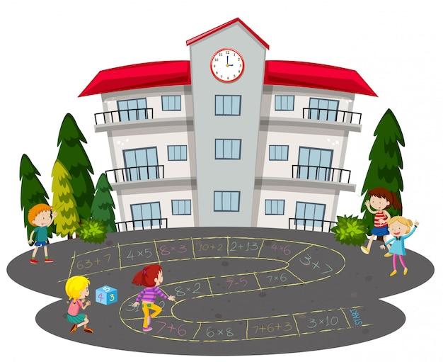 Kinderen spelen hinkelen voor een school