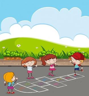 Kinderen spelen hinkelspel bij park