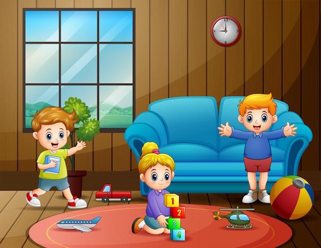 Kinderen spelen hun speelgoed in de kamer