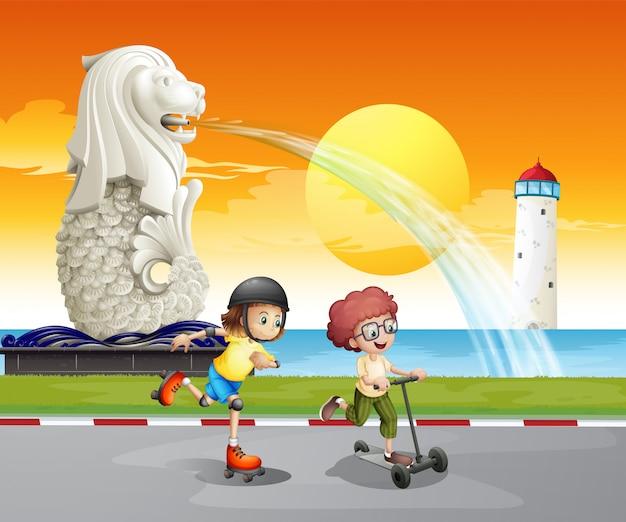 Kinderen spelen in de buurt van het standbeeld van merlion
