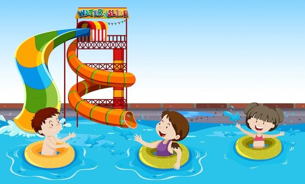 Kinderen spelen in een zwembad