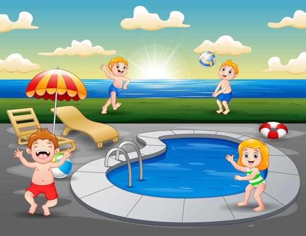 Kinderen spelen in het buitenzwembad op het strand