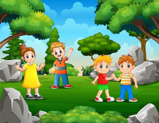 Kinderen spelen in het groene park