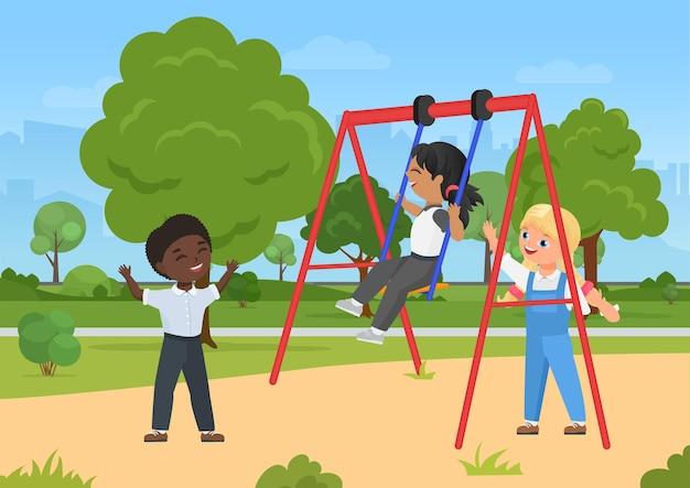 Kinderen spelen leuke buitenactiviteiten op de speelplaats in het zomerse stadspark met schommel