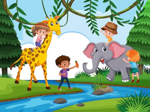 Kinderen spelen met een wild dier