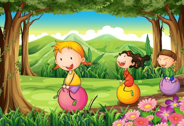 Kinderen spelen met hun stuiterende ballonnen in het bos