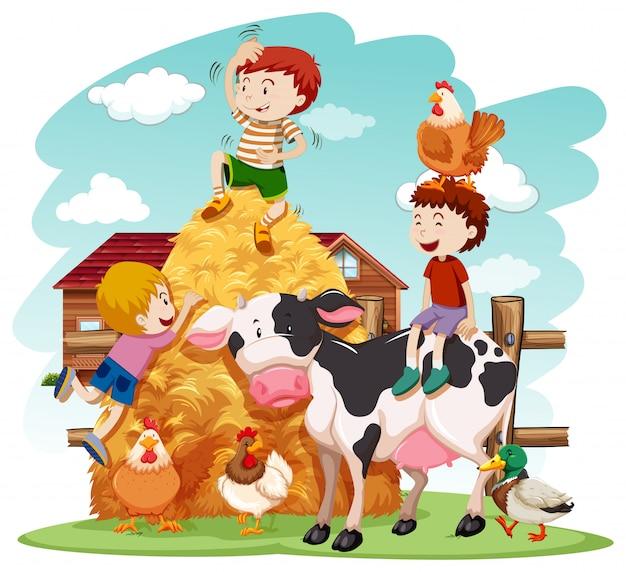 Kinderen spelen met landbouwhuisdieren in het veld