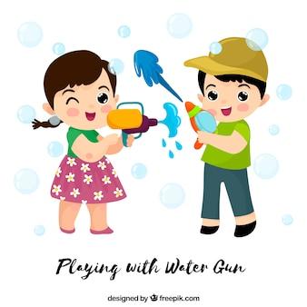Kinderen spelen met plastic waterpistolen