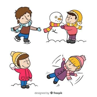 Kinderen spelen met sneeuw