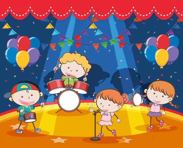 Kinderen spelen muziek in de band op het podium
