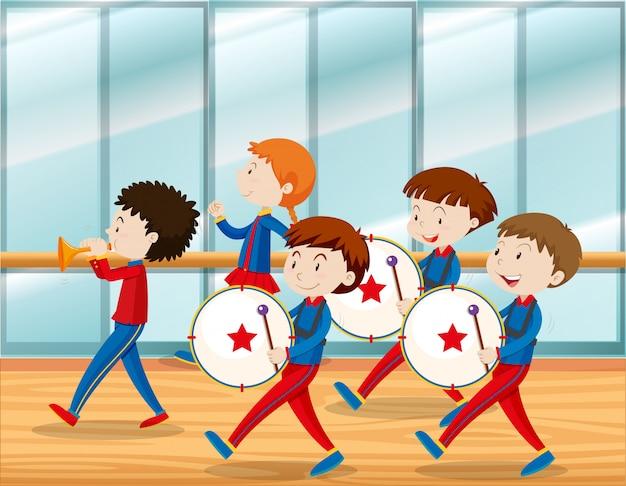Kinderen spelen muziek in schoolband