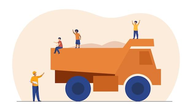Kinderen spelen op bouwvrachtwagen. dumper, gevaar, onzorgvuldige kinderen. cartoon afbeelding