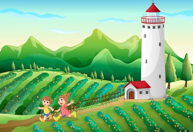 Kinderen spelen op de boerderij