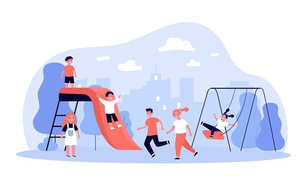 Kinderen spelen op de speelplaats in het park