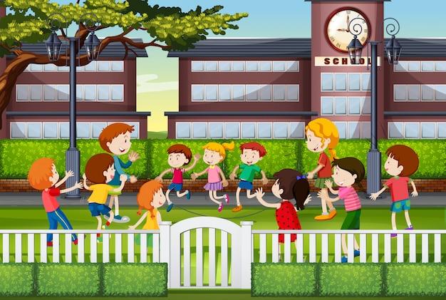Kinderen spelen op het schoolplein
