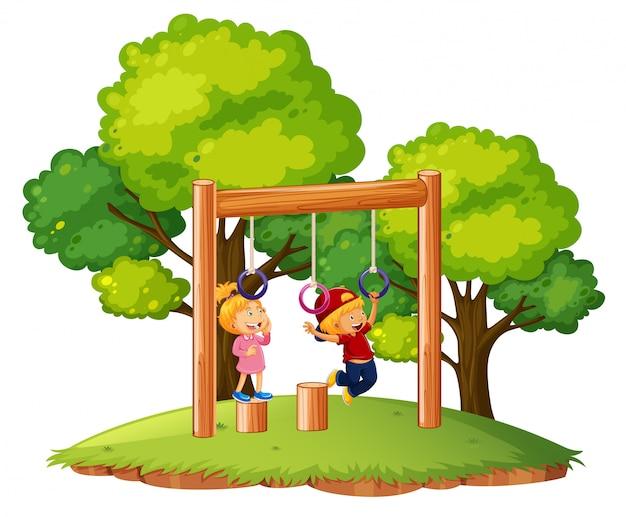 Kinderen spelen op monkey bars