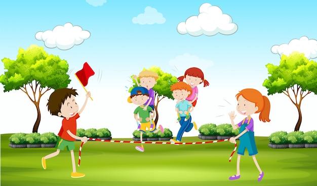 Kinderen spelen piggy-back rijden in het park Gratis Vector