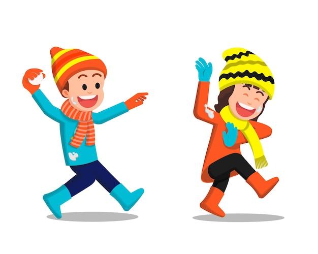 Kinderen spelen sneeuwbal en gooien in winterkleren