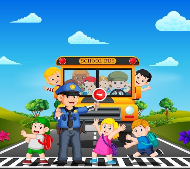 Kinderen steken de straat over terwijl de politie de schoolbus stopt en de kinderen zwaaien