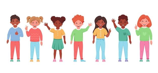 Kinderen van verschillende nationaliteiten lachend en zwaaiend met de handen
