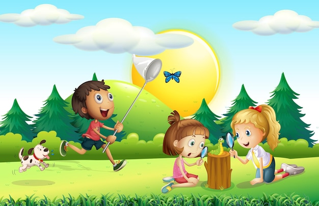 Kinderen vangen vlinder in de tuin