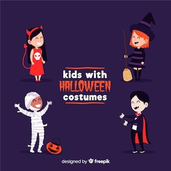 Kinderen verkleed als monsters voor halloween op paarse achtergrond