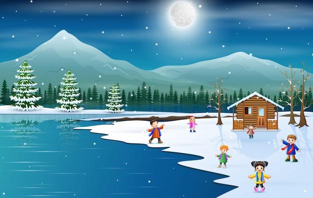 Kinderen vieren de wintervakantie kerstmis