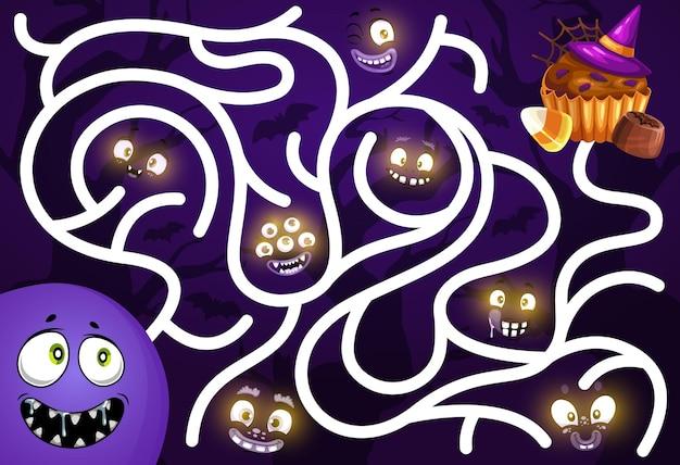 Kinderen vinden een wegspel met lachende gezichten van halloween-monsters en snoep. kinderen zoeken pad speelactiviteit, labyrint met cartoon vector gloeien in duisternis griezelige schepsel ogen, muffin en snoep