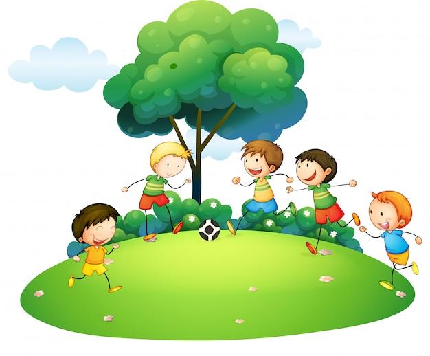 Kinderen voetballen in het park
