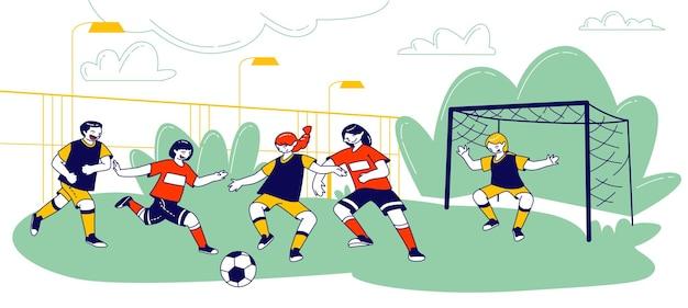 Kinderen voetballen met bal op veld in zomerkamp, cartoon vlakke afbeelding