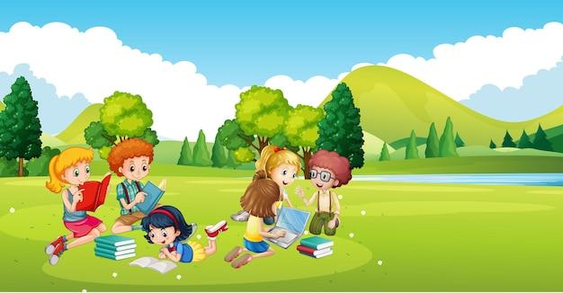 Kinderen werken en lezen boek in het park