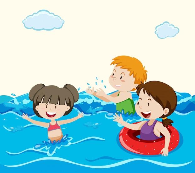 Kinderen zwemmen in de zee
