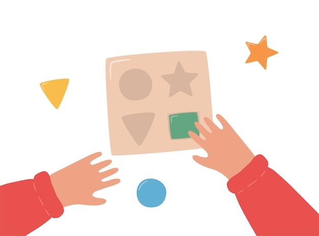 Kinderhanden monteren een houten sorteer montessori-spel voor de vroege kinderjaren