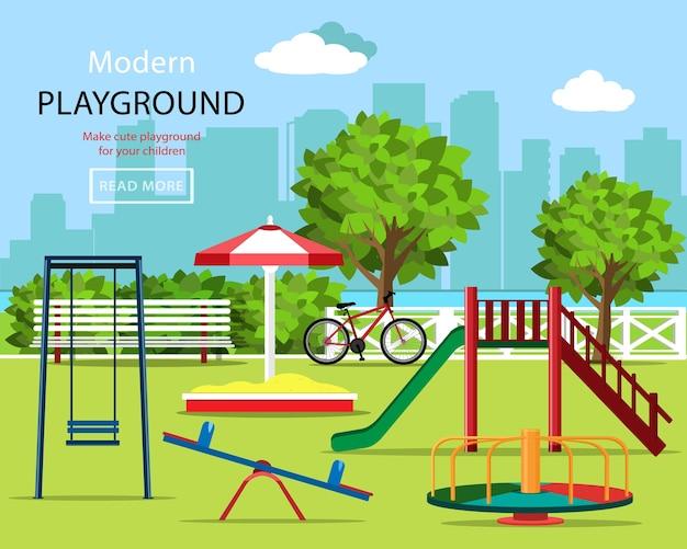 Kinderspeeltuin met schommels, kinderglijbaan, carrousel, zandbak, bankje, fiets, bomen en stadsachtergrond.