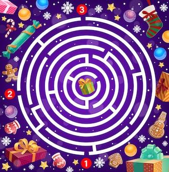Kinderspellabyrint, kerstlabyrint met cadeautjes, decoraties en snoep. peperkoekkoekjes, zuurstok en kerstsok, verpakte cadeautjes, sneeuwvlokken en decorornamenten cartoon