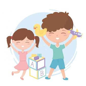 Kinderzone, schattige kleine jongen en meisje met eend vliegtuig en blokken speelgoed