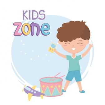 Kinderzone, schattige kleine jongen met videogametrommel en vliegtuigspeelgoed