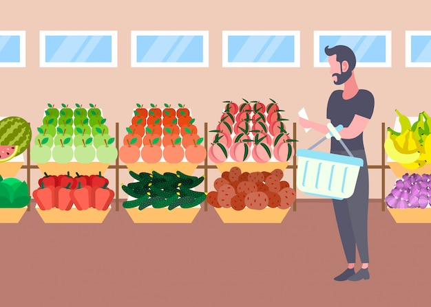 Klant man met mandje kopen verse biologische groenten groenten moderne supermarkt winkelcentrum interieur mannelijke stripfiguur volledige lengte vlak horizontaal