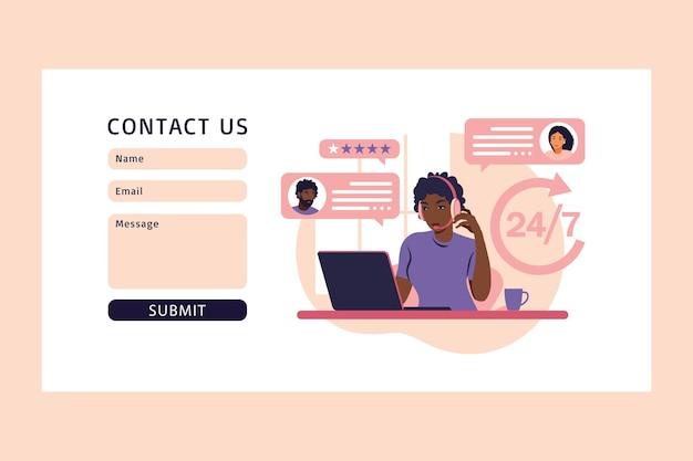 Klantenserviceconcept. neem contact met ons op via web. afrikaanse vrouw met koptelefoon en microfoon met laptop. ondersteuning, assistentie, callcenter. illustratie. platte stijl
