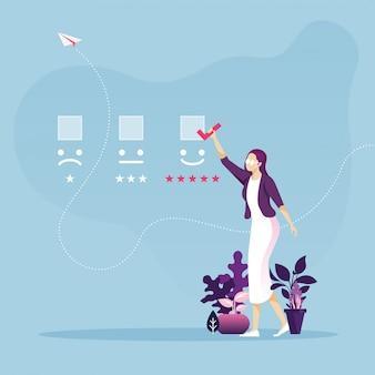 Klantervaring en online review concept zakenvrouw kiest smiley-pictogram