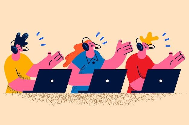 Klantoperator en werken met klantenconcept. glimlachende groep jonge mensen die bij laptops zitten die handen in hoofdtelefoons zwaaien die met klanten klanten online communiceren vectorillustratie