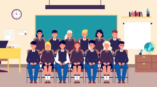 Klasse groepsportret. klasgenoten, student in de klas. tieners in schooluniform foto voor geheugen. onderwijs cartoon vector concept